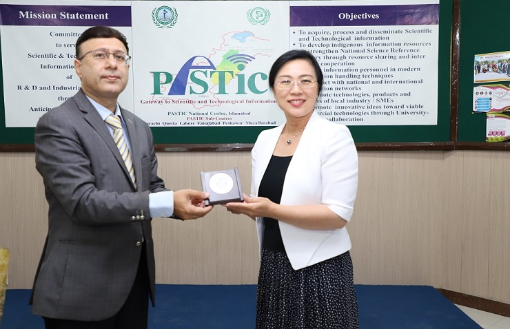 Director General Institute of Scientific and Technical Information of China (ISTIC) Prof. Dr Zhao Zhiyun receiving souvenirs from Director General PASTIC Prof. Dr Muhammad Akram Shaikh