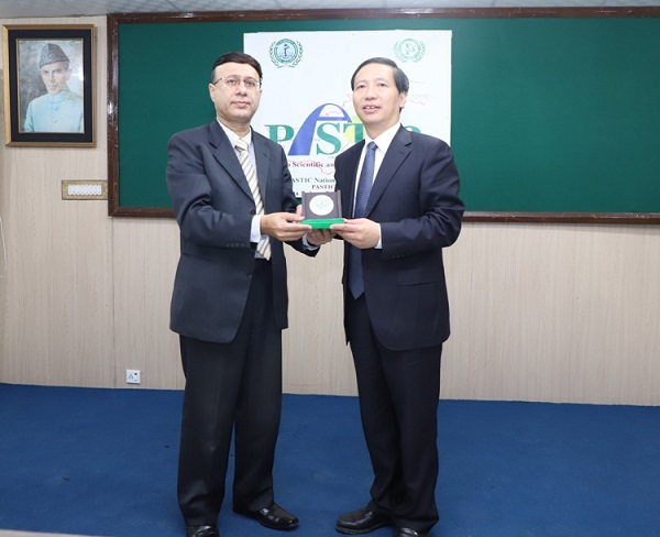 Prof. Dr Muhammad AkramShaikh(Director General PASTIC)presenting souvenir to Mr. GuoGuangsheng, President/ Professor, Beijing Academy of Science and Technology (BJAST)during the visit of Chinese delegation to Pakistan Scientific and Technological Information Centre (PASTIC), Islamabad.